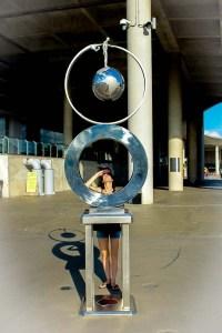 Joana observando una escultura en la Marina Barrage de la Marine Reservoir