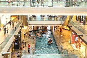 Dentro del marina Sands, gondoleros para pasearte por adentro del shopping mientras miras los escaparates.