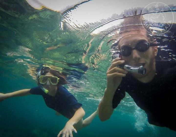 Realizando snorkel con remeras para proteger nuestros cuerpos del sol y los arrecifes.