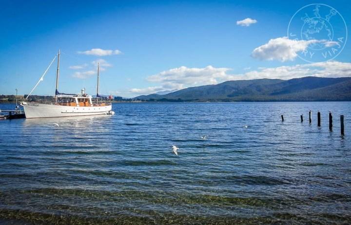 Barco en el lago Te Anau