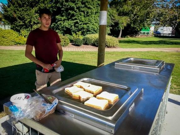 Cocinando en plancha eléctrica pública
