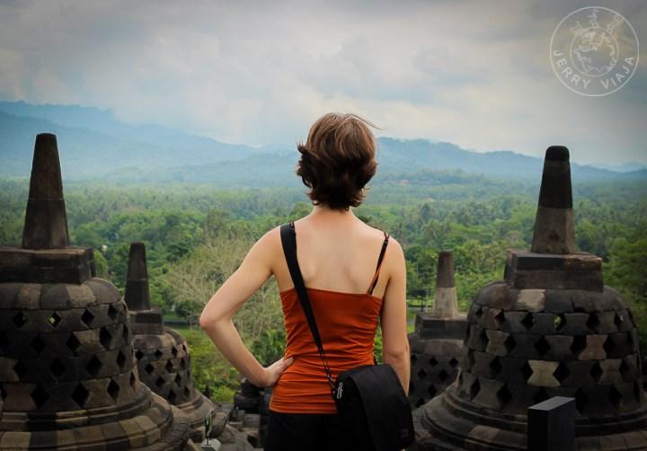 Persona en la cima de Borobudur, Indonesia, mirando al horizonte.