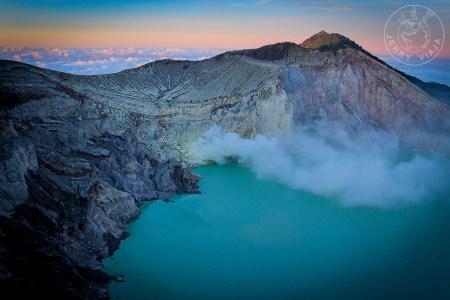 Lago turquesa del volcán kawah Ijen