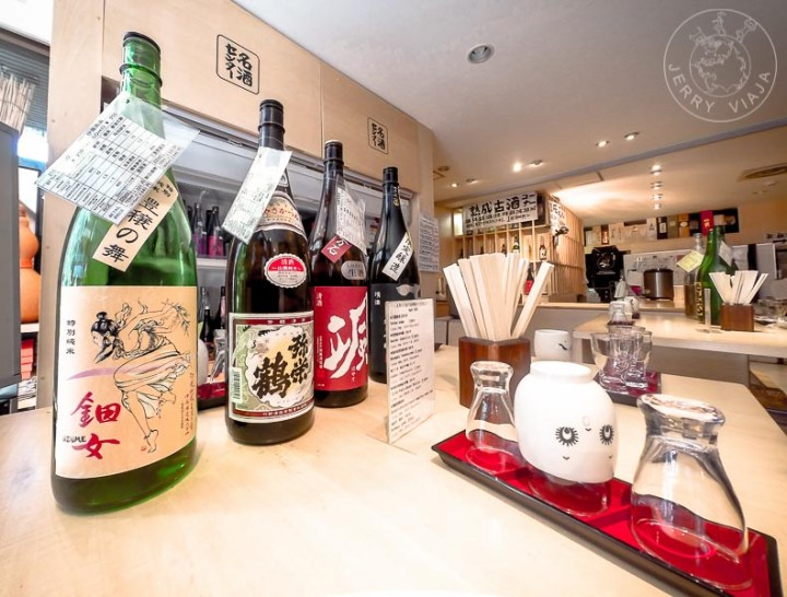 Local de nihonshu (sake) en Tokio, Japon