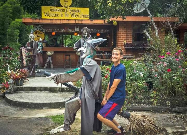 Escultura de bruja al norte de Tailandia