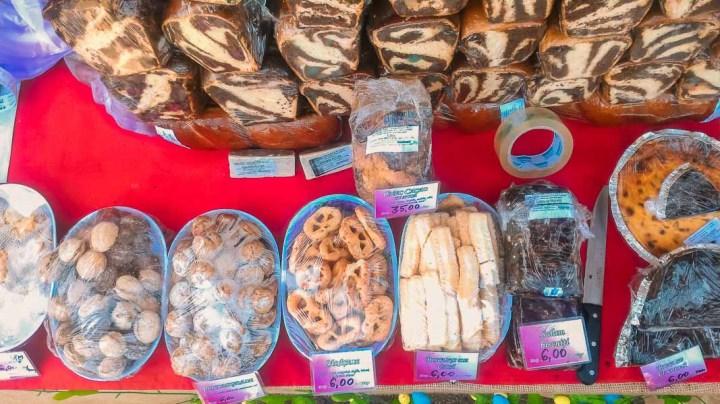 Cozonac y otros postres de Pascua en Mercado de Bucarest, Rumania
