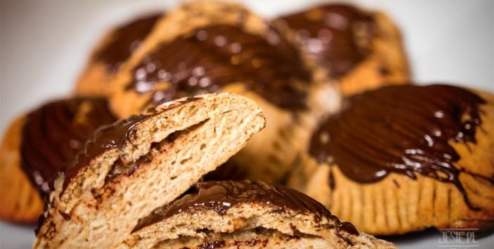 Razowe drożdżówki z jabłkiem i polewą czekoladową