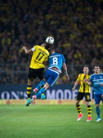 Pierre Emerick Aubameyang of BVB and Lewis Holtby of HSV in a duel for the ball. (2017-04-04)