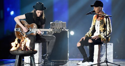 james-bay-and-justin-bieber-the-brit-awards-2016-live-performance-1456348160-large-article-0