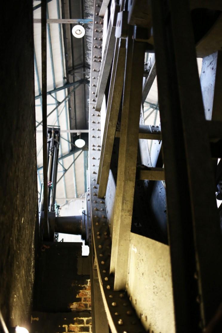 Treibscheibe - Blick vom Fundament in die Halle