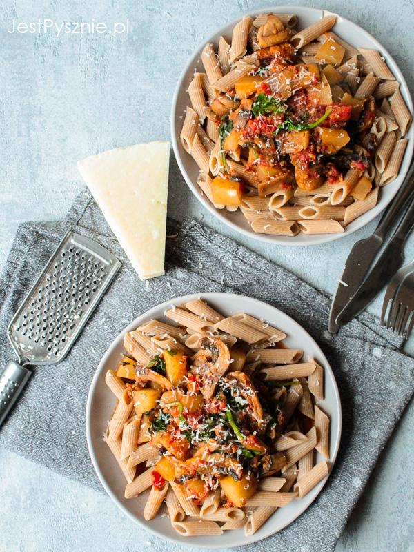 Makaron z dynią, pieczarkami, szpinakiem i pomidorami