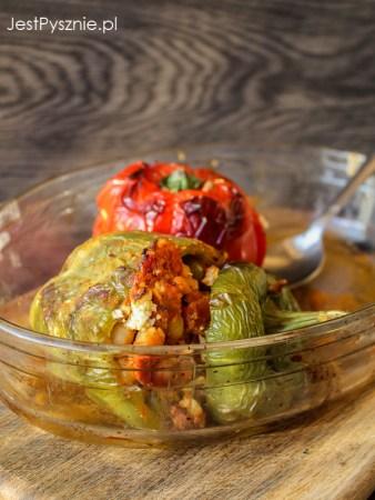 Papryki faszerowane ciecierzycą, pomidorami i fetą