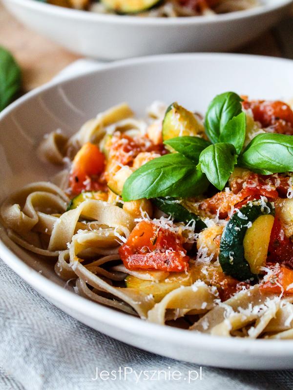 Makaron z cukinią, pomidorami i ciecierzycą