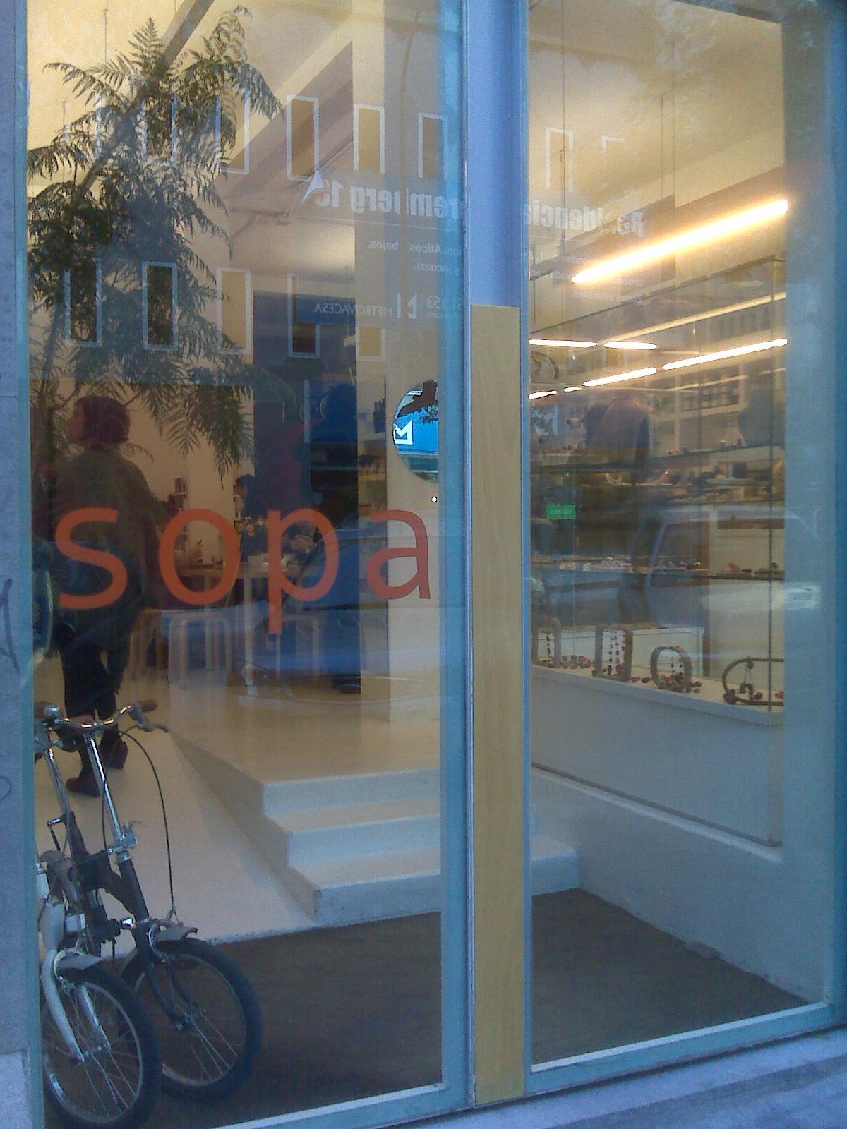 Entrada al restaurante-tienda Sopa