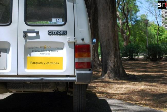 Un vehículo de Parques y Jardines de Sevilla que sobrepasa la edad estipulada para la flota del servicio