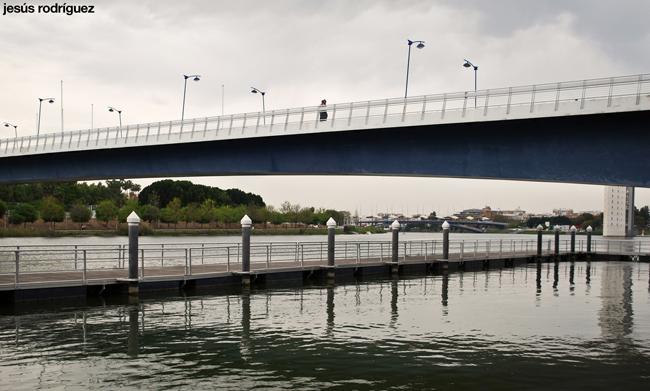 La pasarela de La Cartuja, sobre el pantalán de la dársena y el Jardín Americano