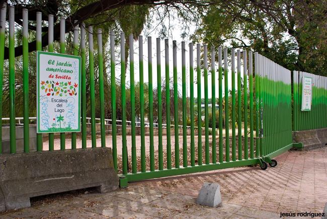 Una de las puertas de entrada al Jardín Americano de Sevilla, cerrada con candado