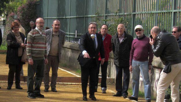 Zoido inaugura una pista de petanca en el Parque Amate