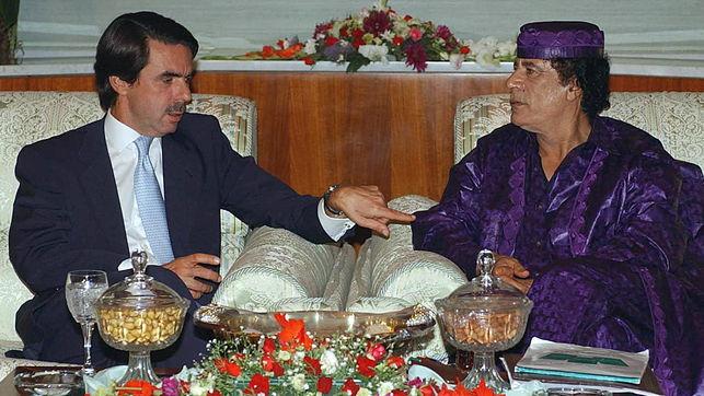 El presidente español José María Aznar y Muamar el Gadafi, durante su entrevista en un hotel de Trípoli, el 17 de septiembre de 2003. / Efe / Bernardo Rodríguez