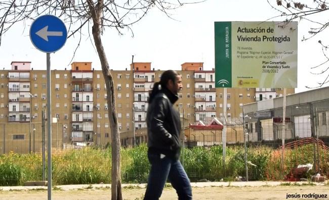 Sevilla invisible - Un hombre camina por Tres Barrios junto a un solar donde se había proyectado una promoción de viviendas protegidas aún sin construir