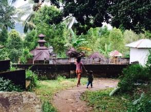 Munduk Bali women with wood and boy