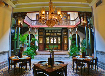 blue-mansion-courtyard-cafe