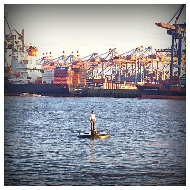 Mann auf der Elbe