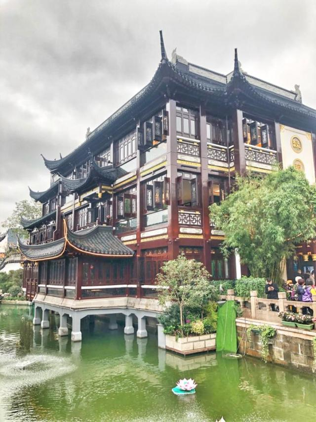 Huxinting Tea House. What to do with your kids in Yu Garden. China with kids. Shanghai with toddler.