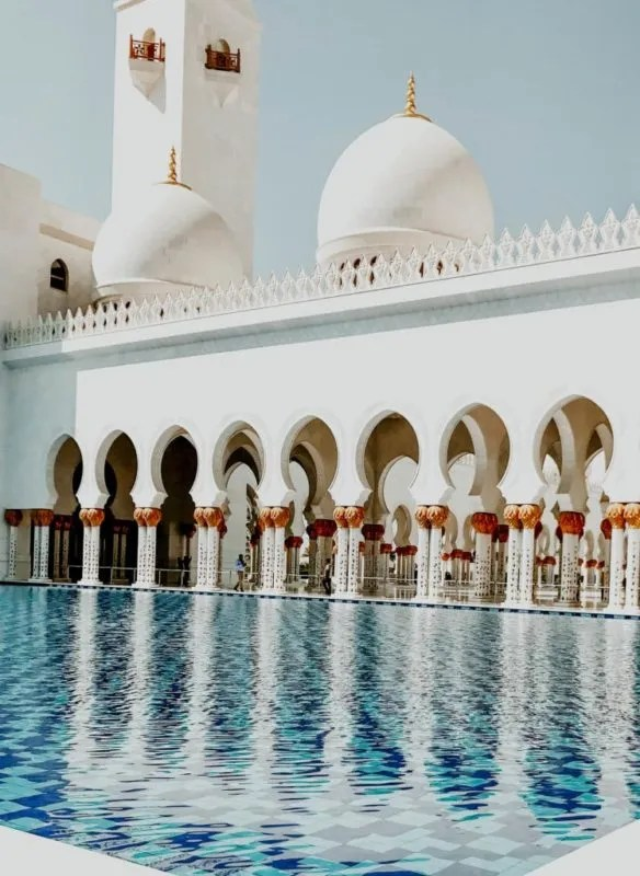Picture of the outside of Sheik Zayed Mosque