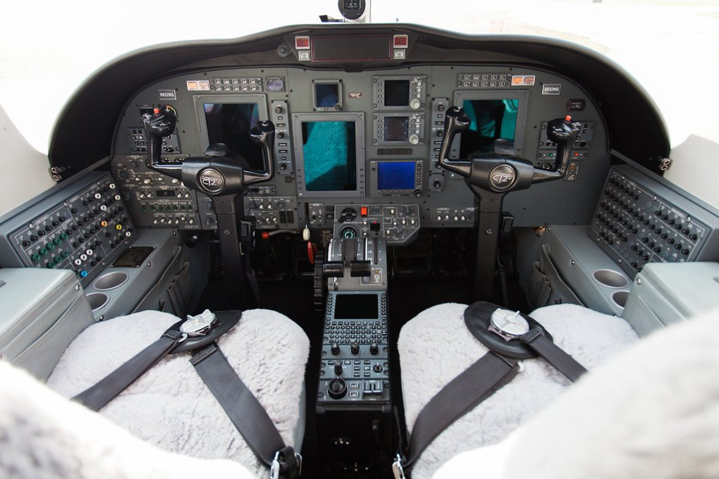 citationcj2_n832mg_cockpit-2