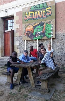 Animateur jeunesse et jeune devant l'accueil jeunes de Veigné