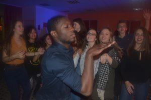 Nous voyons un jeune prénommé Wadson en train de faire la danse du pharaon devant une foule d'admiratrices