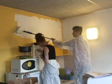 Nous voyons des jeunes en train de repeindre les murs