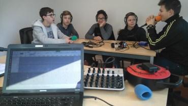 Nous voyons les collégiens de Monts aux micros en train d'enregistrer une émission sur le thème du développement durable