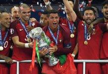 Christian Ronaldo na Picha ya Pamoja na Wenzake Baada ya Kunyakua Kombe la UEFA Euro 2016