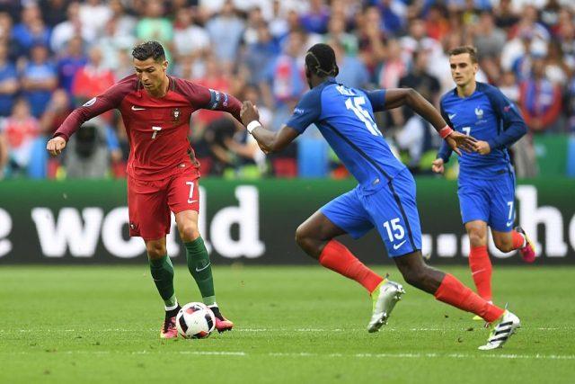 Christian Ronaldo wa Ureno na Paul Pogba wa Ufaransa Katika Fainali za Euro 2016