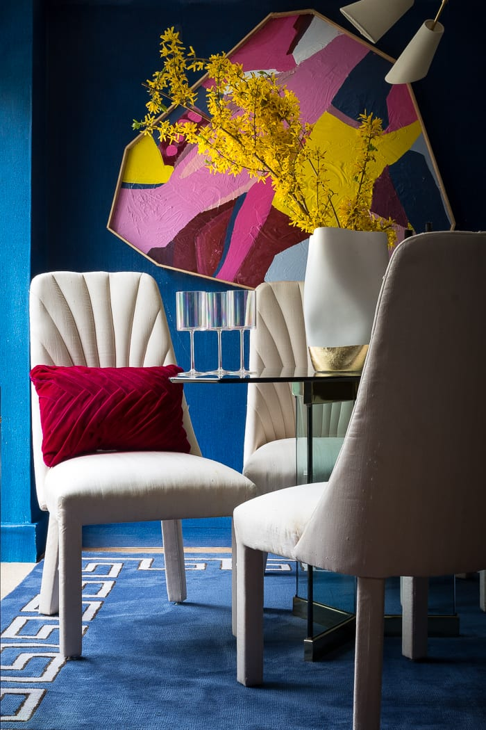 Can you believe this chic art was DIY? I love the navy blue walls and mash up of red and pink