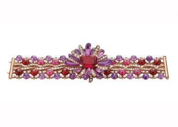 High Jewellery necklace in pink gold (convertible in bracelet) with 1 cushion shaped rubellite (21.22 ct), rubellite beads, amethyst beads, rubellite and amethyst elements, 2 diamonds and pavé diamonds (22.7 ct).