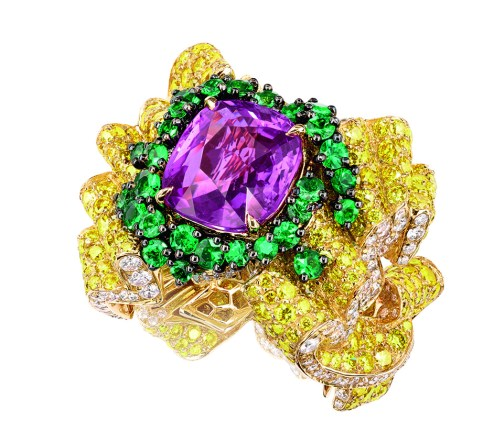 Pli Plat Saphir Rose Ring. 750/1000 yellow gold, diamonds, yellow diamonds, pink sapphires and emeralds.