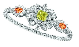 Plumetis Diamant Jaune Bracelet. 750/1000 white gold, diamonds, yellow diamonds and spessartite garnets.