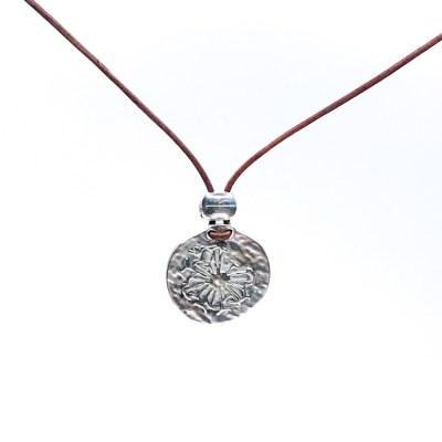 Amazing Coin i lædehalskæde. En halskæde med en gammel sølv mønt med solmotiv i en læder halskæde
