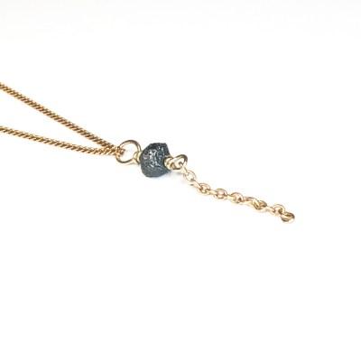 Rougth diamond ørering / vedhæng der hænger i AApril chain alt i guld