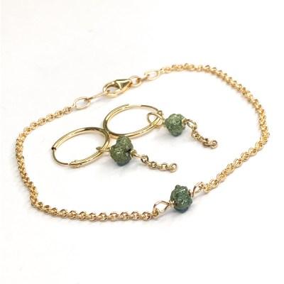 Armbånd og øreringe med grønne diamanter i guld