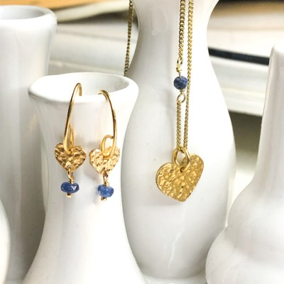 Sparkling Heart ørering med blå safir