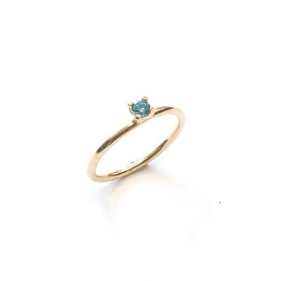 One of a kind ring med blå brillant lavet af guldsmed og smykke designer Karina Mai. Der laver unikke smykker til bedste priser.
