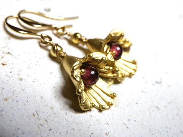 ガーネットと金の花のピアス