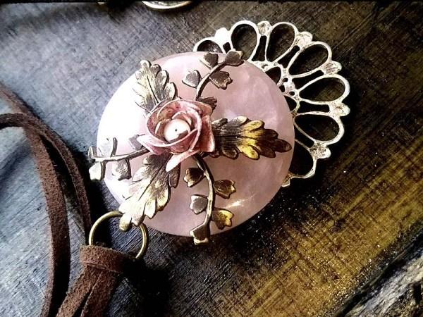 薔薇の花咲くローズクオーツペンダント