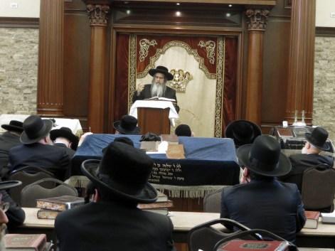 The Satmar Rebbe giving a Shiur at the Chassidishe Kollel. Photos: Arye D. Gordon
