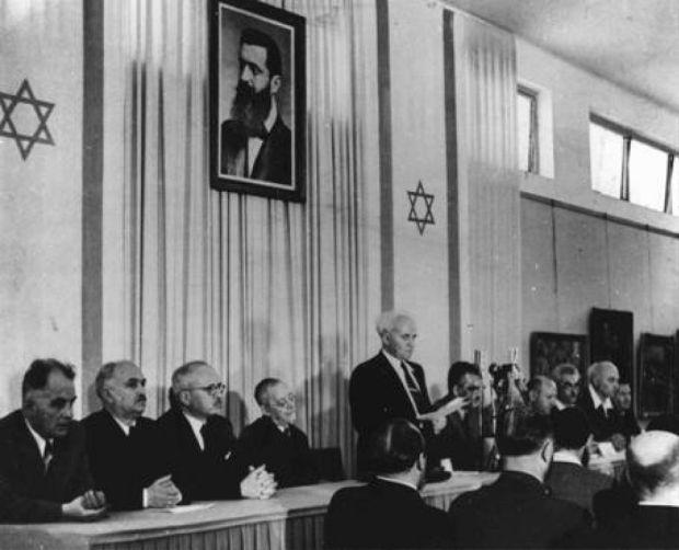 Давид Бен-Гурион провозглашает независимость Израиля под портретом Теодора Герцля