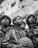 Tres-soldados-admirando-la-Ciudad-VIeja-de-Jerusalem-por-primera-vez-320x400